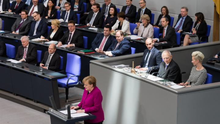 Silvia Breher als Schriftführerin bei der Regierungserklärung der Bundeskanzlerin
